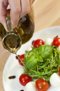 olive oil poured on salad_The_tubby_olive